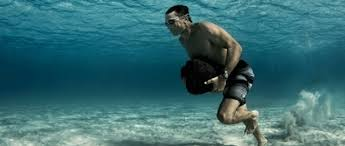 Practica Crossfit en la piscina
