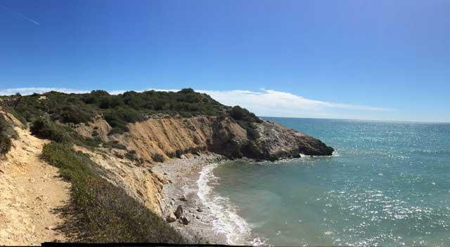 El GR 92 es un sendero que atraviesa toda Cataluña de norte a sur siguiendo la costa. Nace en Portbou en el Alt Empordà y llega hasta Pont l'Olivar a Ulldecona, comarca del Montsià.  El GR 92 tiene largos tramos de recorrido por primera línea de costa aprovechando todo tipo de caminos costeros, entre los que destacan los tramos del antiguo Camí de Ronda, camino que reseguía minuciosamente el litoral y que se utilizaba para la vigilancia de las costas.  Este corto tramo nos permite recorrer una de las costas más interesantes y cercanas a Barcelona. Sus fáciles accesos la convierten en una agradable excursión para realizar en cualquier época del año, siendo la primavera la más recomendable para poder disfrutar de las calas que encontraremos en el camino sin las aglomeraciones típicas de la época estival.